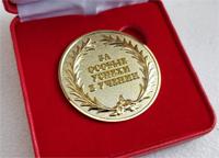 Выпускник 11 класса награжден золотой медалью за отличные успехи в учебе